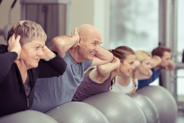 hombre mayor haciendo ejercicio y beneficios de la actividad fisica
