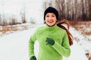 joven mujer practicando running durante el invierno