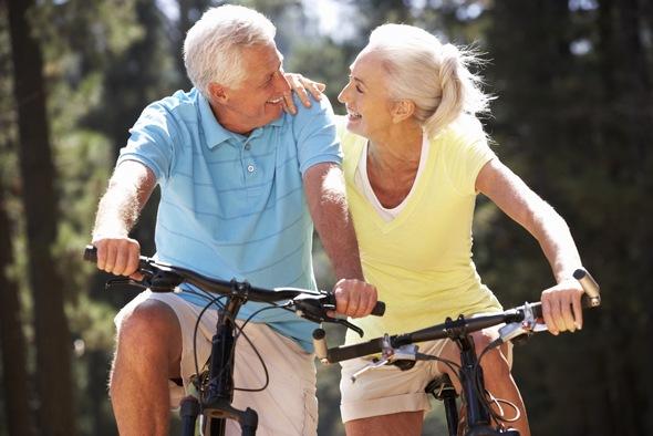 beneficios de la actividad fisica practicando ciclismo juntos