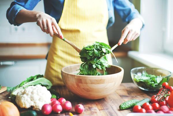 mujer-cocinando-preparando-ensalada-sop