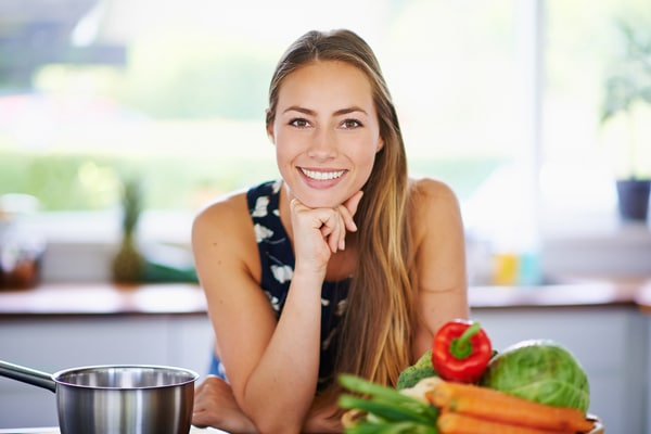 reducir-carbohidratos-mujer-sonriendo